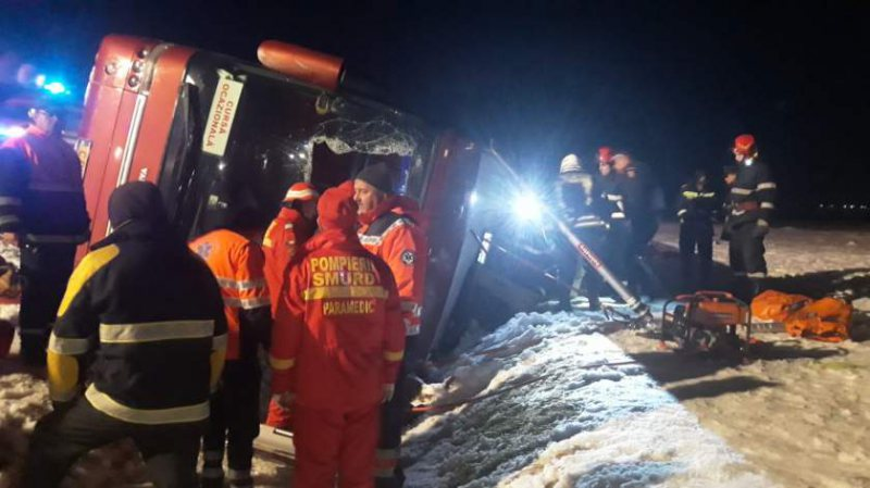 AUTOCAR RĂSTURNAT: Cel puţin un mort și 6 răniţi în accident