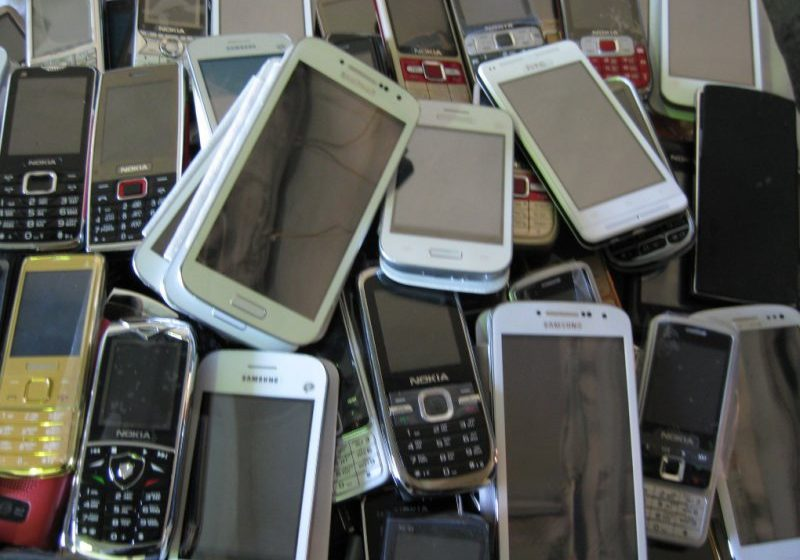 ŞOC: Sute de telefoane confiscate de la elevi, distruse