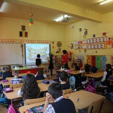 Luna decembrie aduce noi table inteligente în școlile din Maramureș și Satu Mare