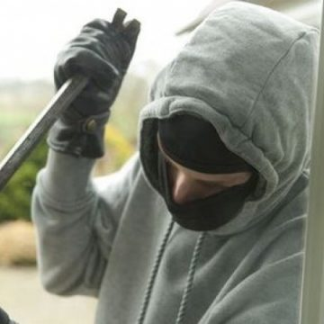 VIDEO – Hoți împiedicați să fure de un vecin vigilent