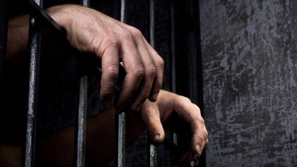 Doi tineri urmăriți național, găsiți și încarcerați