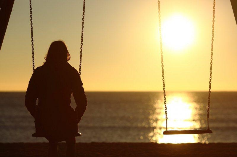 """STUDIU: De ce sunt tinerii atât de singuri. """"Izolare egal singurătate, singurătate egal depresie"""""""
