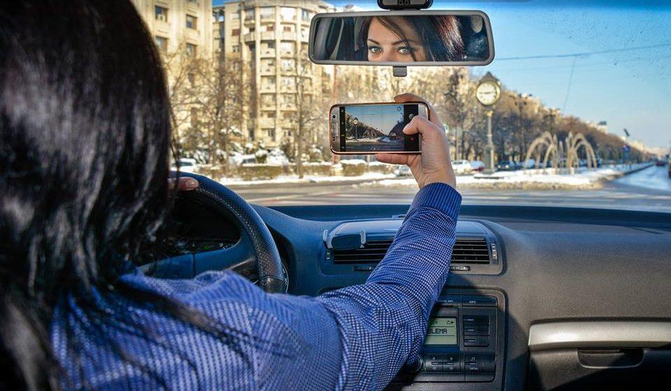 VIDEO | Un proiect legislativ, pus în dezbatere publică, prevede interzicerea, în timpul mersului, a ținerii în mână sau folosirii cu mâinile în orice mod nu numai a telefonului mobil