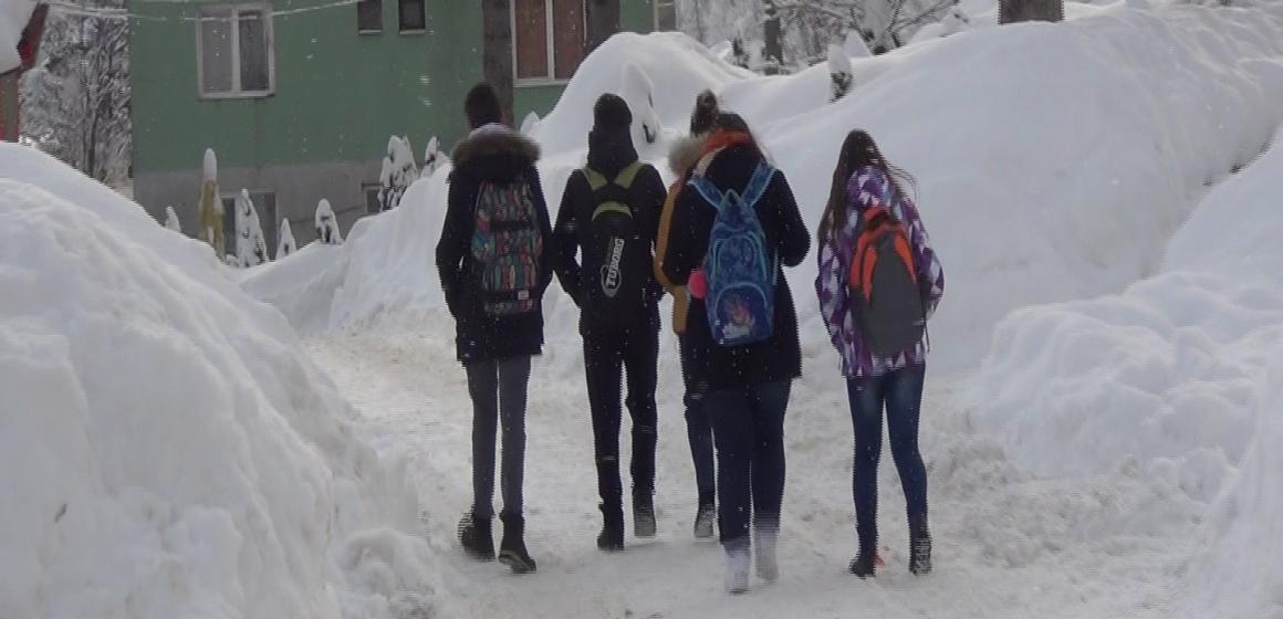 VIDEO | Cavnicul, sufocat de zăpadă. Copiii nu merg la școală