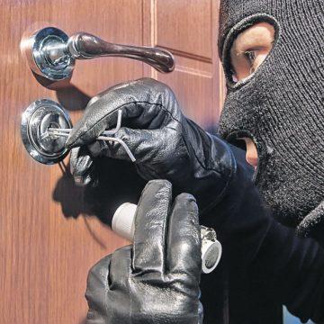 VIDEO | Spărgători prinși după doar două ore de la sesizarea unui furt dintr-o locuință