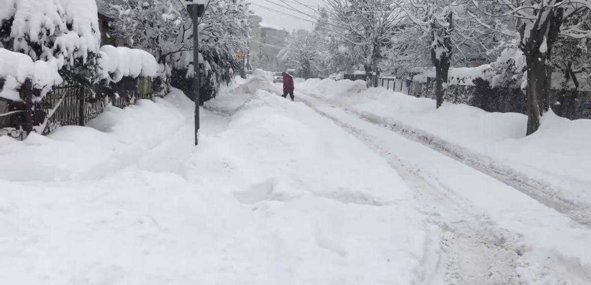 VIDEO | Ninsori abundente și străzi înzăpezite, pe care se circulă extrem de greu