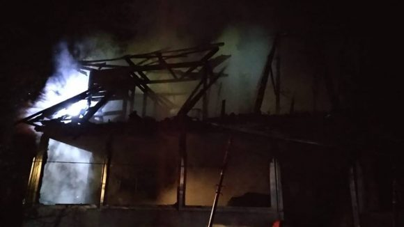 O casă a fost cuprinsă de flăcări în Hărnicești