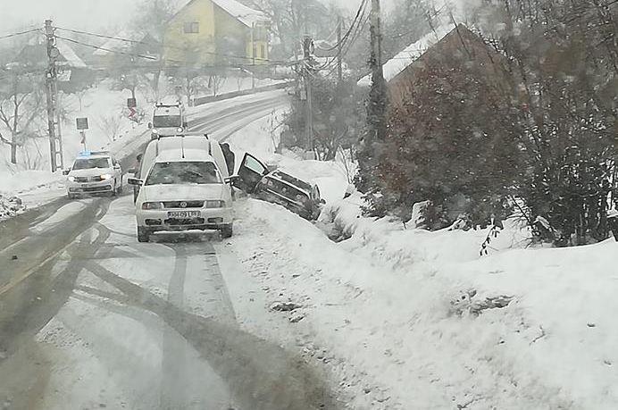 O mașină a ajuns în șanț la Șișești