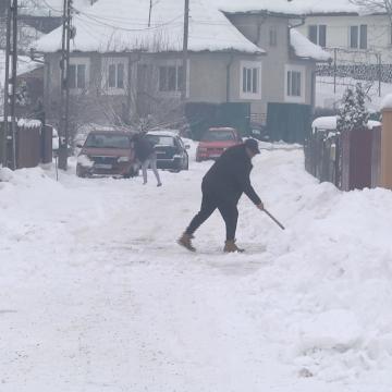 VIDEO | Obligați să curețe zăpada