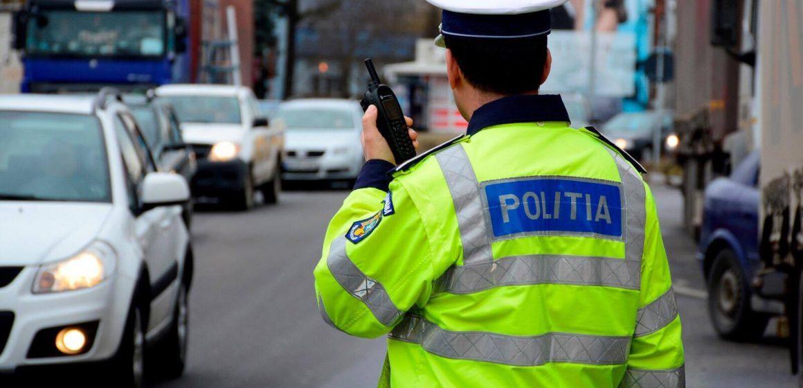 Video|Urmărit de polițiști, un șofer cu permisul suspendat și-a terminat cursa într-un zid