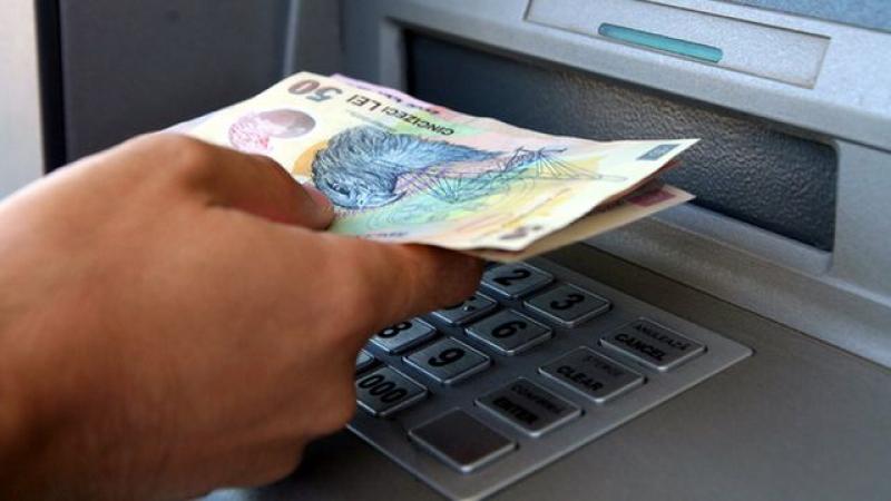A găsit niște bani uitați la bancomat și i-a luat, ca și cum erau ai lui
