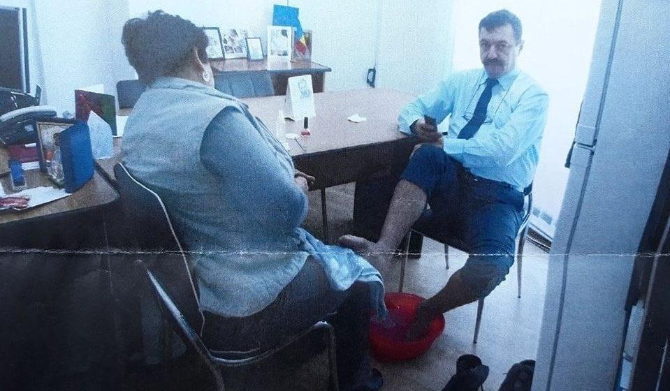 Directorul care punea femeia de serviciu să-i facă pedichiura a fost pedepsit cu funcția de adjunct