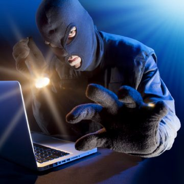 VIDEO | A furat un laptop și a fost prins, dar a scăpat basma curată