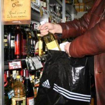 A luat produse dintr-un magazin și a dat să plece fără să le plătească