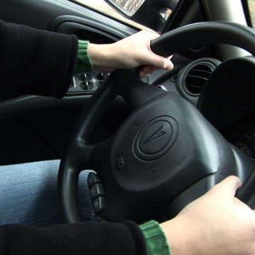 Video|Prins la volanul unei mașini furate și fără să aibă permis