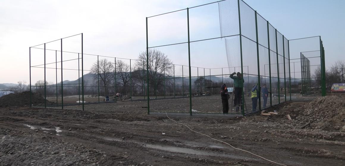 VIDEO | S-au reluat lucrările la terenul de sport din Bârsana
