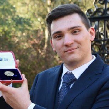 Tânăr român, premiat de Regina Marii Britanii