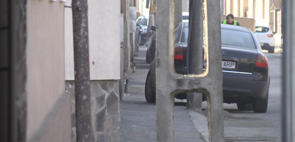 VIDEO | Trotuare blocate de mașini