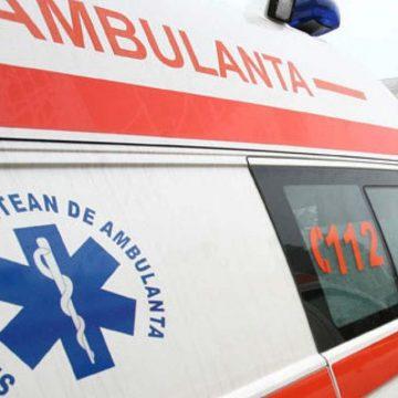 A ajuns la spital după ce mașina în care era pasageră a intrat într-un tractor