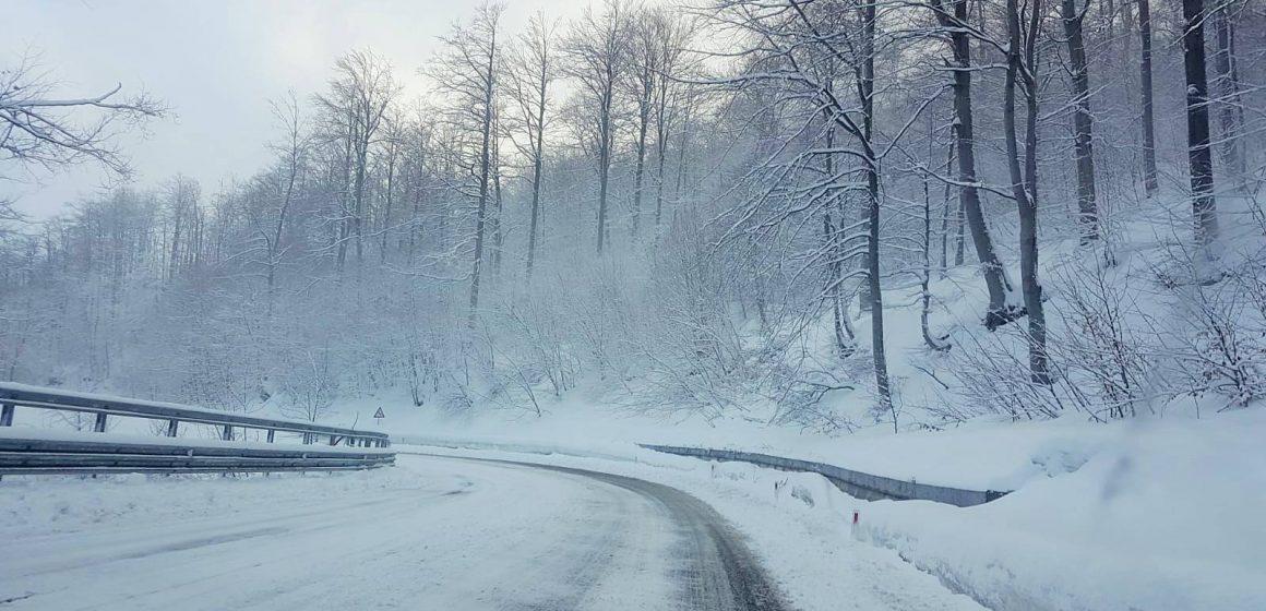 Vizibilitate redusa de ninsoare viscolita, sub 100 de metri, pe DN 18, in Pasul Prislop