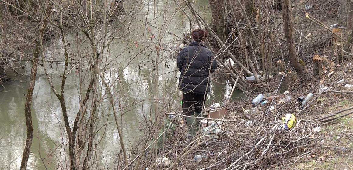 Video|La pescuit printre gunoaie sau cum e cu lipsa de civilizație