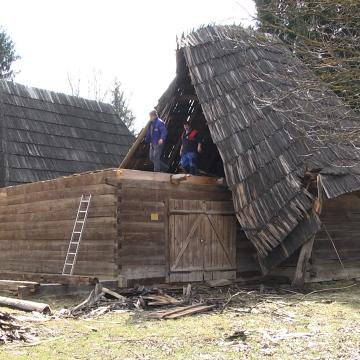 Video|Acoperișurile a două case din lemn de la Muzeului Satului s-au prăbușit