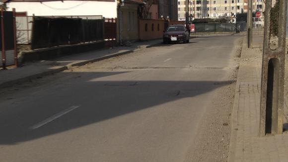 VIDEO | Se iau măsuri după ce firmele care au spart străzile pentru introducerea gazului au lăsat șanțurile acoperite cu pământ