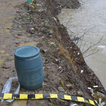 Țigări de contrabandă găsite într-un butoi care plutea pe un râu