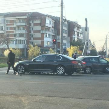 Două mașini s-au tamponat în intersecție