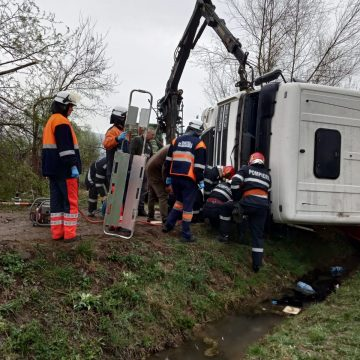 Accident grav – un camion cu lemne s-a răsturnat în Bârsana