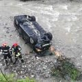 VIDEO | A condus beat și s-a răsturnat cu mașina în râu