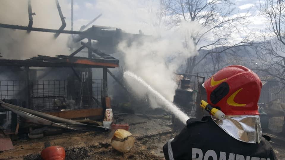 VIDEO | Weekend cu incendii la acoperișuri, la anexe gospodărești, dar și de vegetație