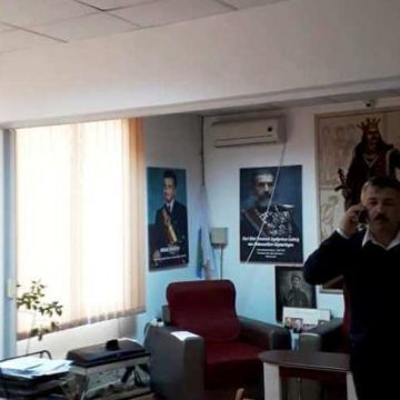Tablou cu Nicolae Ceaușescu în biroul unui primar liberal