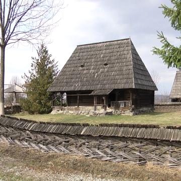 Video|Tot mai mulți turiști vin în Maramureș, zeci de mii ajung anual și la Muzeul Satului din Sighet
