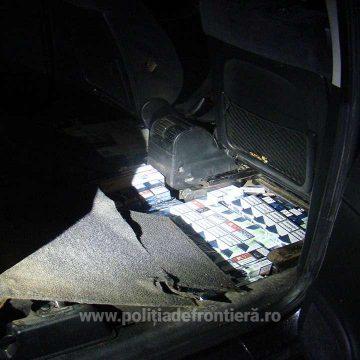 VIDEO | Prins cu țigări de contrabandă în podeaua mașinii