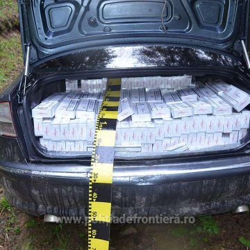 VIDEO | Mașină abandonată, burdușită cu țigări de contrabandă