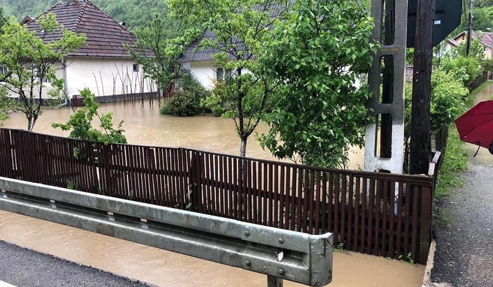 Risc crescut de inundații în Maramureș. O alunecare de teren s-a produs în Bârsana