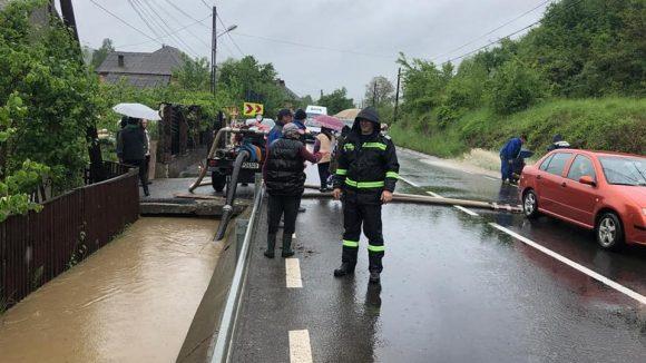 GALERIE FOTO   Trafic restricționat și gospodării inundate