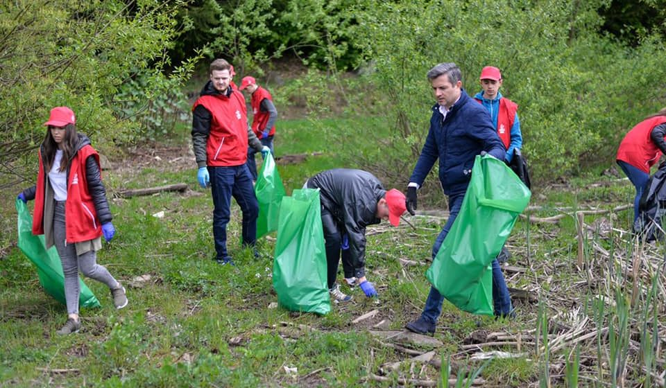 """Social-democrații maramureșeni au sărbătorit """"Ziua Tineretului"""" ecologizând zona Baraj – Firiza"""