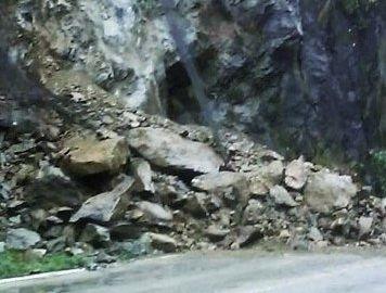 VIDEO | DJ 109F, afectat de căderi de pietre în Pasul Rotunda