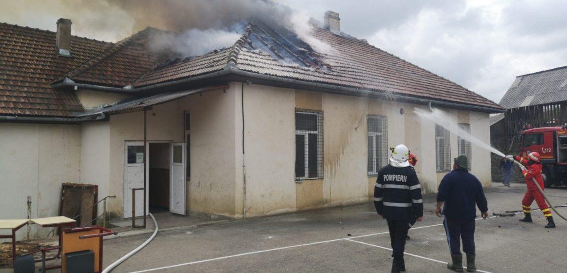 Incendiu la școala din Văleni ( FOTO)