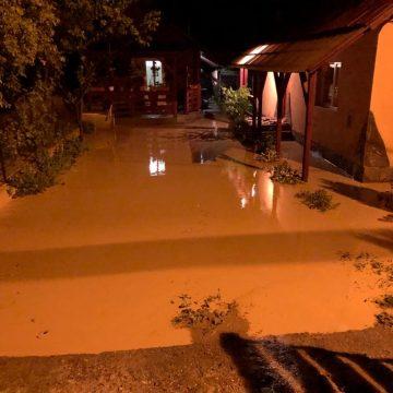 Zeci de gospodării inundate și un drum rupt în Vișeu de Sus