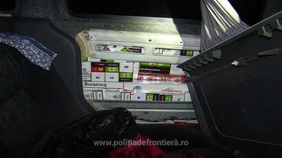 VIDEO | Peste 600 de pachete cu țigări de contrabandă ascunse în peretele lateral al unei mașini