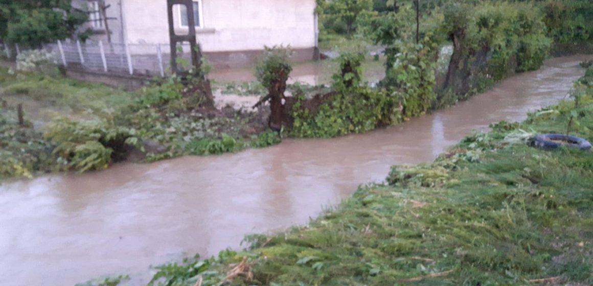 """Case inundate în Mânău după o """"rupere de nori"""""""
