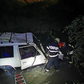 (FOTO) Accident rutier în Borșa. O mașină a căzut în râul Cisla