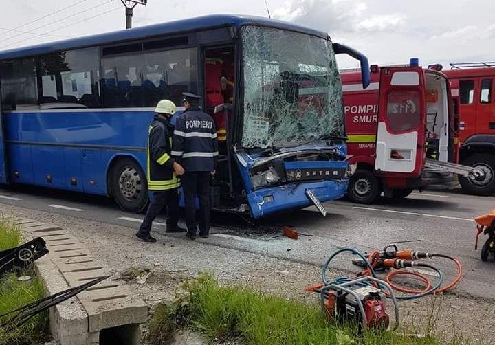 GALERIE FOTO & VIDEO | Mai multe persoane au ajuns la spital după un accident cu un autobuz și un altul cu o autoutilitară răsturnată în șanț
