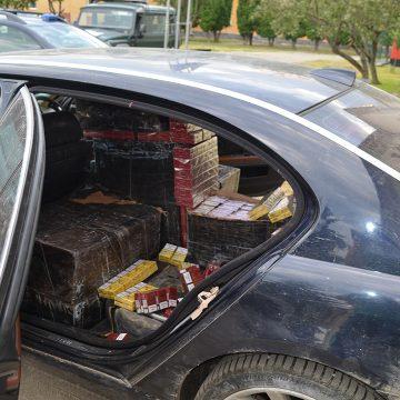 Un contrabandist urmărit în trafic a fost prins după ce a intrat cu mașina printr-un gard. Consumase și alcool
