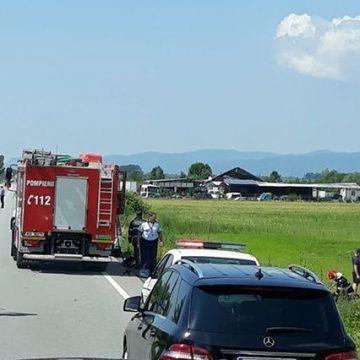 Fetiță rănită după ce mașina în care se afla a ajuns cu roțile-n sus