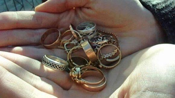 Un tânăr suspectat că a furat bani și bijuterii dintr-o locuință a fost reținut