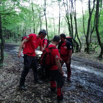 VIDEO | Bărbat căzut într-o râpă, găsit de salvamontiști